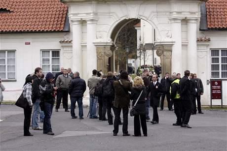 Ochranka hlídá vchod do Břevnovského kláštera