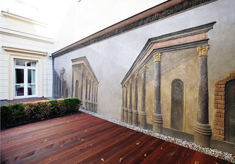 Hotel Kempinski Hybernská - historická reliéfní malba
