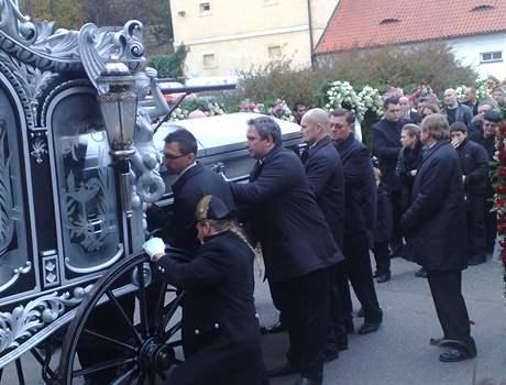 Pracovníci pohřební služby nakládají rakev s tělem Václava Kočky mladšího do kočáru (22. října 2008)