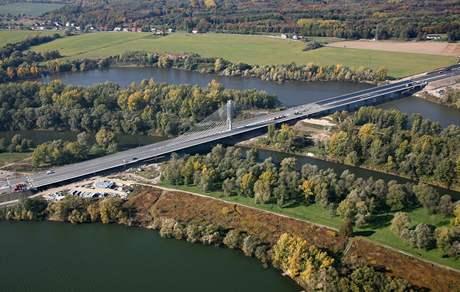 Zavěšený most je součástí úseku dálnice D47, překonává řeku Odru a Antošovické jezero