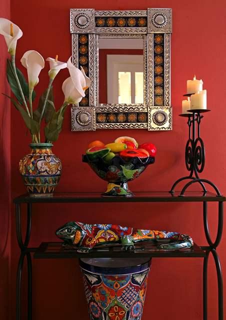 Mexická keramika se dobře kombinuje s kovovým nábytkem