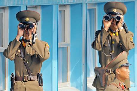 Severokorejští vojáci střeží demilitarizované pásmo.