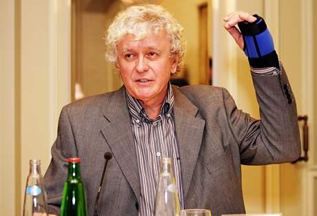 Miloš Zapletal ukazuje, jak dopadl po pádu z koně