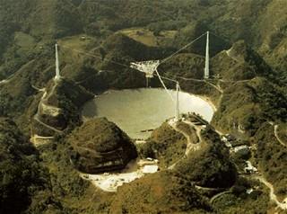 Observatoř v portorickém městě Arecibo, průměr talíře radioteleskopu činí 305 metrů