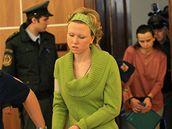 Eskorta přivádí Kláru a Kateřinu Mauerovy k soudu v kauze Kuřim (20.10.2008)