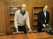 Majitel vozu Pavel Šimon s advokátem u soudu v Blansku (23.10.2008)