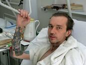 Ren� Pl�il, hrdina dokumentu Heleny T�e�t�kov�, po autonehod� v nemocnici