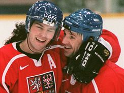 Jaromír Jágr a Petr Svoboda (vpravo) na olympiádě v Naganu
