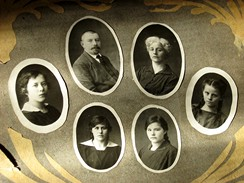 Dobové foto rodiny Žikešových