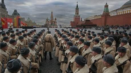 Rusko si p�ipomn�lo vojenskou p�ehl�dku z roku 1941 po n� �li vystupuj�c� voj�ci rovnou na frontu. (07.11.2008)