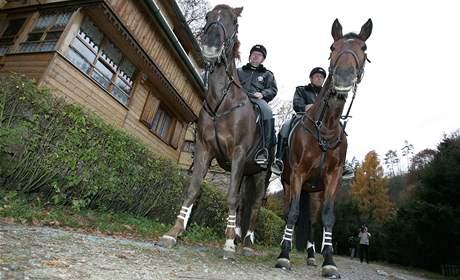 Policisté kontrolují rekreační chaty na koních
