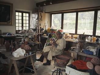 Franocouzský herec Jean Marais ve své sochařské dílně ve Vallauris v Provence