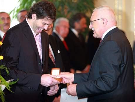 Prezident Václav Klaus předává Jaromíru Jágrovi zlatou plaketu