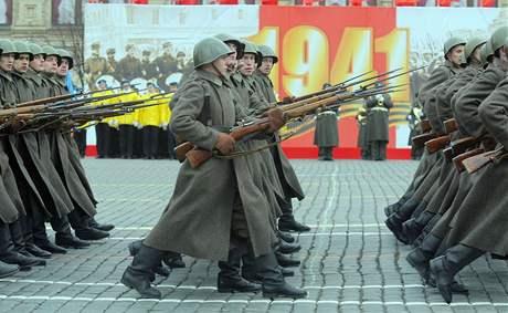 Rusko si připomnělo vojenskou přehlídku z roku 1941 po níž šli