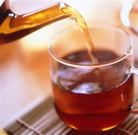 Díky své schopnosti ničit bakterie napomáhá zelený čaj likvidovat zubní kámen.