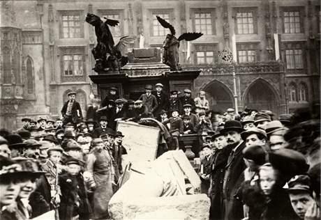 Stržení sloupu bylo jakýmsi happeningem bohémy kolem Franty Sauera, spisovatele a přítele Jaroslava Haška.