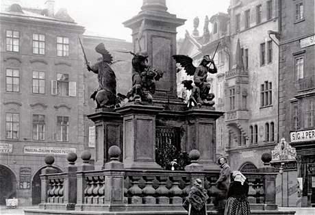 V rozích několikastupňového podstavce sloupu byly čtyři sochy andělů.