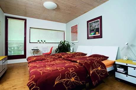 Použitím dřevěných podlah i podhledů se prostor výrazně opticky zateplil