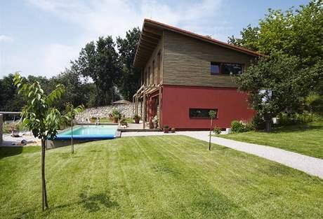 Dům má výraznou pultovou střechu