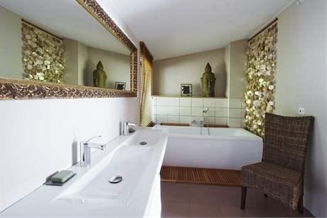 Tvarově čistou sanitární keramiku Laufen doplňuje benátské zrcadlo a perleťový závěs