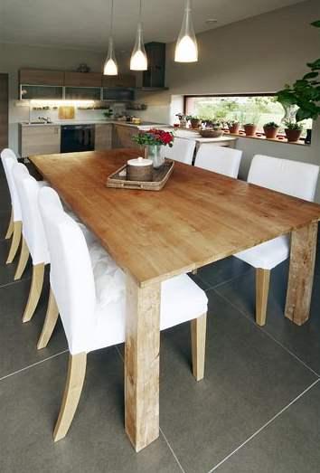 Teakový stůl je ozdobou jídelny