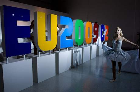 Baletka p�i slavnostn�m odhalen� loga �esk�ho p�edsednictv� v Rad� EU