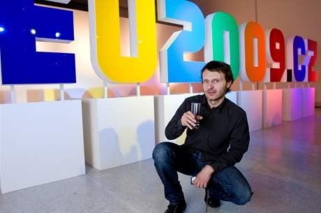 Autor Tom� Pakosta p�i slavnostn�m odhalen� loga �esk�ho p�edsednictv� v Rad� EU