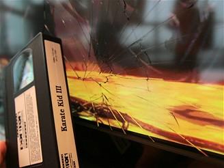 Crashtest - PDP po zásahu VHS kazetou