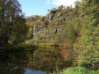 Skalní šíje pod návrším Umlaufberg odděluje více než 3 km dlouhý zákrut (meandr) řeky Dyje