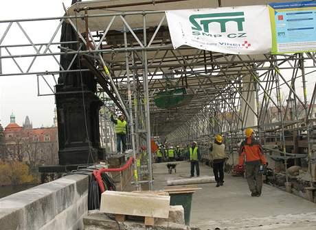 Průběh rekonstrukce na Karlově mostě (13. 11. 2008)