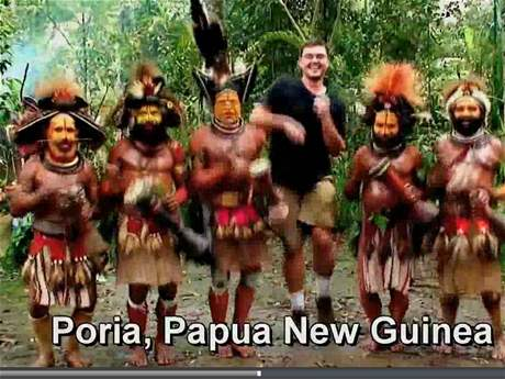 Matt Harding tancuje s domorodci