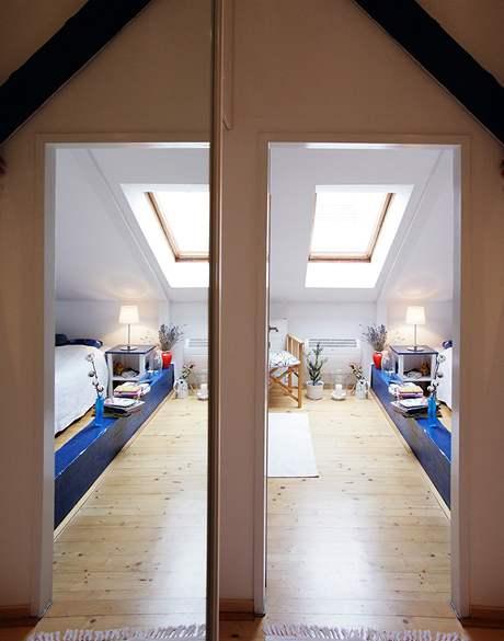 Optické hrátky - vlevo odraz ve dveřích skříně, vpravo pohled do ložnice