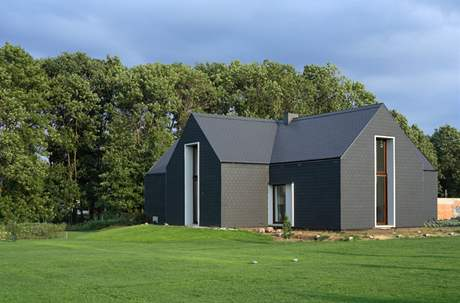 Dům trochu připomíná velkou černou stodolu