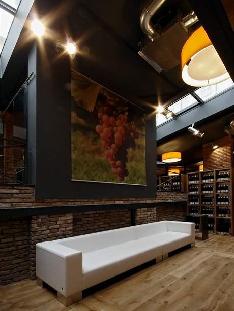Kov, dřevěná podlaha a cihlové zdi představují skvělou kombinaci