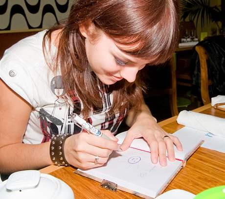 Ewa Farna kreslí do památníčku
