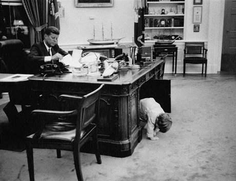 John Fitzgerald Kennedy se synem Johnem v Oválné pracovně