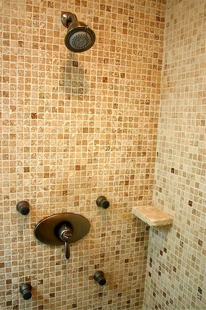 Koupelna z bývalé prádelny má i šatnu
