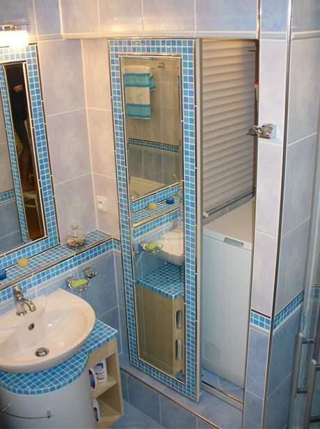 Modrá koupelna s chytrým uložením pračky
