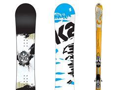 Snowboard a lyže od firmy K2.