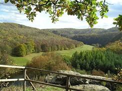 Vyhlídka na údolí Dyje ze skalní šíje pod návrším Umlaufberg