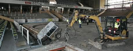 Pracovníci firmy Unistav začali s likvidací ruin zimního stadionu v Brně
