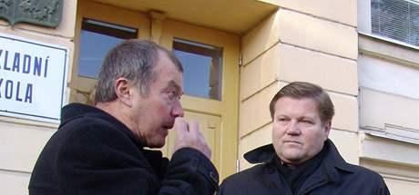 Zdeněk Škromach přijel do Hrušovan nad Jevišovkou podpořit stávkujícího školníka Františka Kučeru (vlevo).