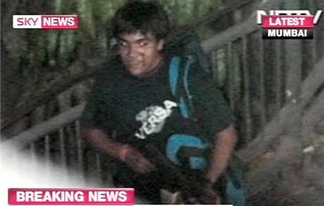 V Bombaji zaútočili teroristé. Záběr na jednoho z podezřelých teroristů, kteří v Bombaji zabili přes sto lidí, stovky dalších zranili. (27. listopad 2008(