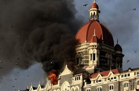 V Bombaji zaútočili teroristé, přes sto lidí zabili. Stovky dalších zranili. V hotelu Tádž drželi rukojmí. (27. listopad 2008(