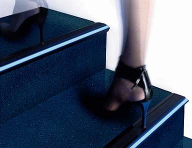 LED diodové pásky se uplatňují na hranách schodů jako bezpečnostní prvek