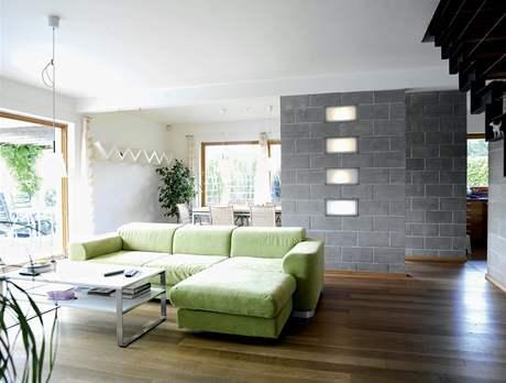 Betonová příčka odděluje obývací část od kuchyně