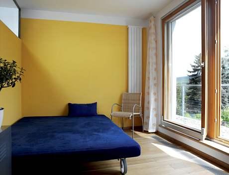 Pokoj pro hosty má přímý výstup na balkon s kačírkem