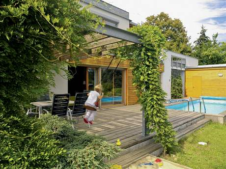 Léto se tráví u bazénu na zahradě