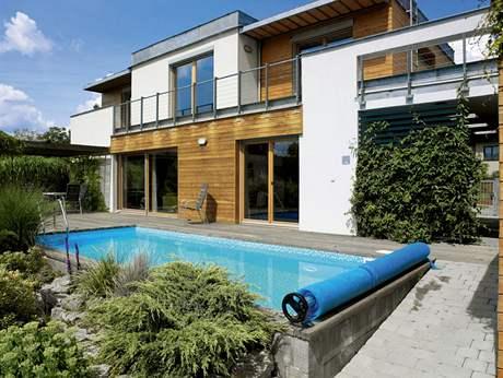 Bazén pomáhají vyhřívat solární panely