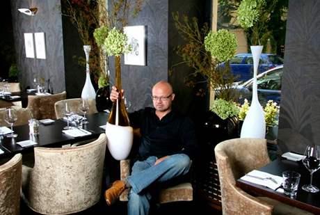 Vázy navrhoval Rony Plesl přímo pro daný prostor